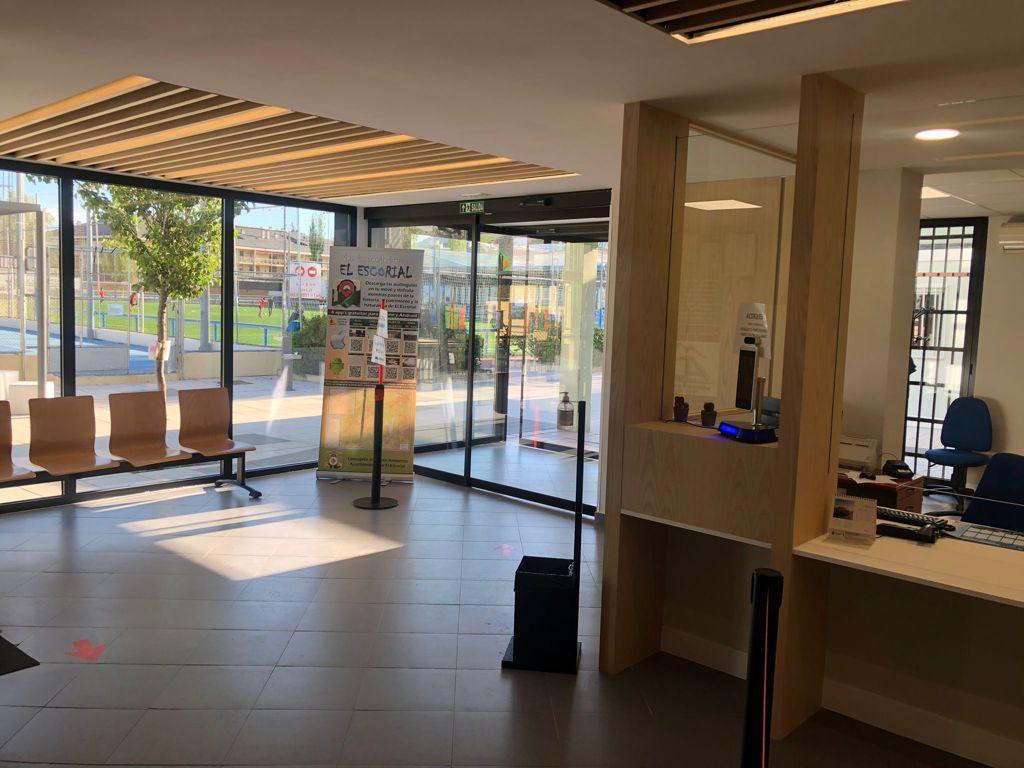 Nuevo hall en el polideportivo Navaarmado de El Escorial.